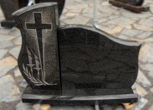 Dviejų dalių juodo granito paminklas su raižiniais kairėje pusėje (VPM05)