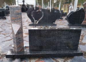 Dviejų segmentų paminklas iš rudo ir juodo akmens (SP763)
