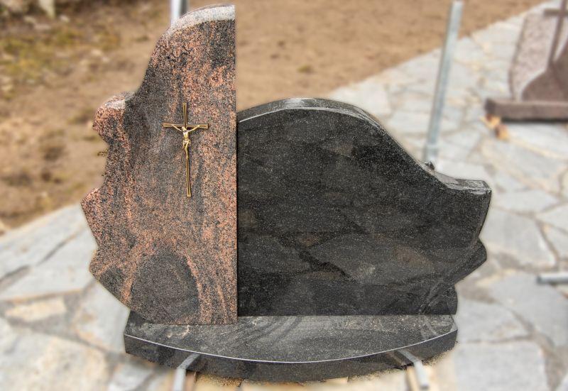 Dviejų segmentų paminklas iš rudo ir tamsaus akmens (VPM27)