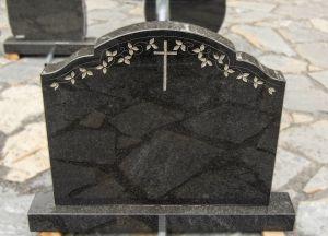 Graviruotas kryžiumi juodo granito paminklas (SAV3269)