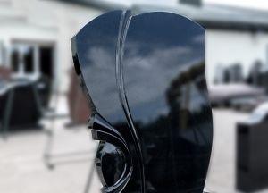Juodas, blizgaus paviršiaus paminklas su ornamentu (78)