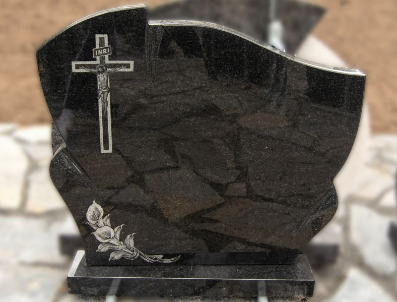 Juodas blizgus paminklas su graviruotu kryžiumi ir gėlėmis (KEL38)
