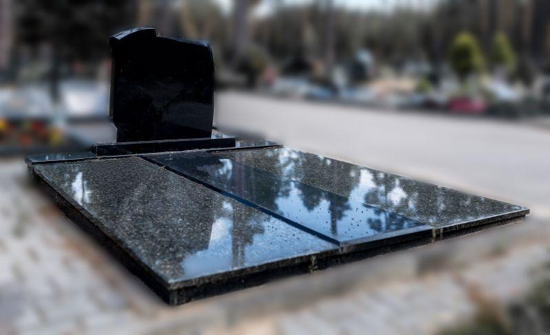 Juodas paminklas ir derantis pilkas, juodas antkapis (2)
