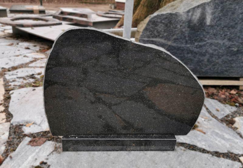 Juodas paminklas skaldytom briaunom (OS67/1)