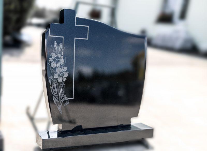 Juodas paminklas su graviruotomis gėlėmis ir kryžiumi (516)