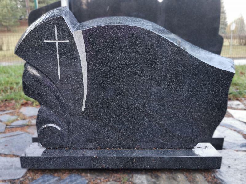 Juodas paminklas su kaltu kryželiu (P343)