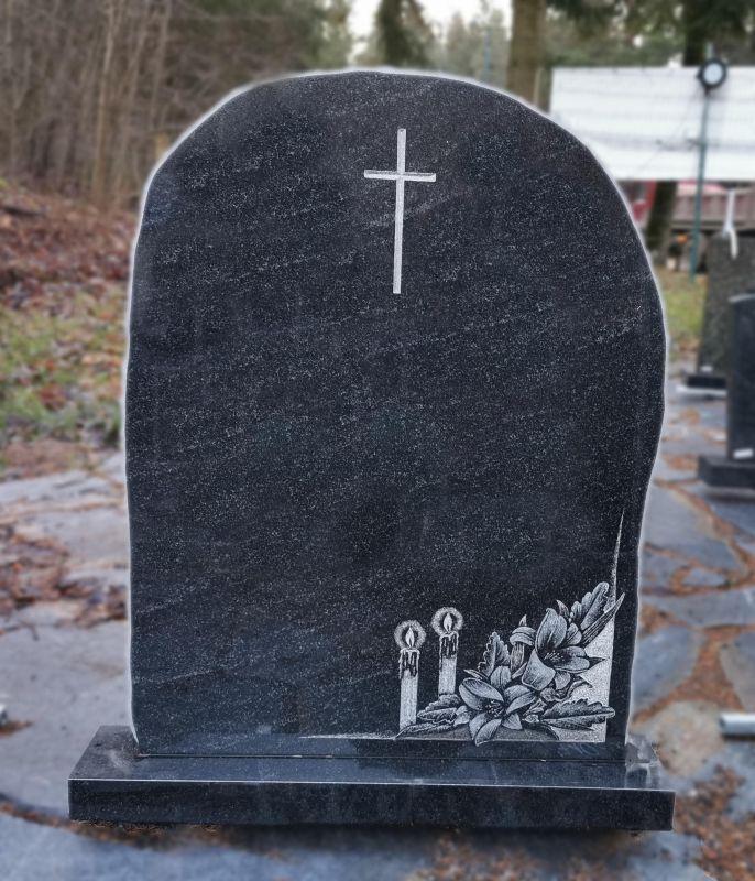 Juodas paminklas su lelijomis ir žvakėmis (P1751)