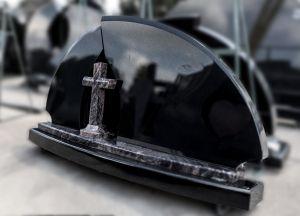 Juodas paminklas su mažesniu kitokios spalvos kryžiumi (154)
