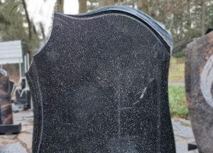 Juodas paminklas su poliruotomis bangelėmis (SP1199)