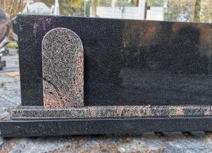 Juodas paminklas su rausva detale (SP820)