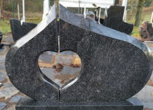 Juodas paminklas su širdele (VPM34)