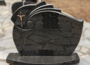 Juodo akmens paminklas su metaliniu kryžiumi (VPM14)