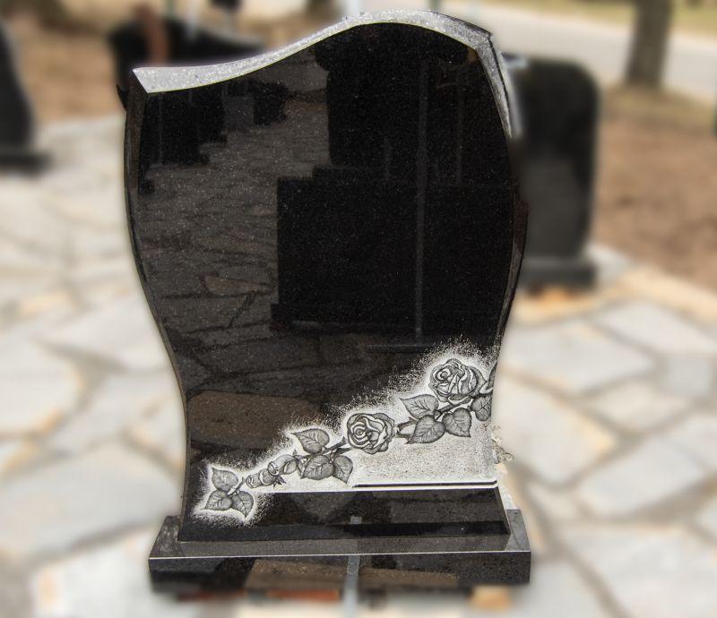 Juodo akmens paminklas su rožių graviūromis (KUL11)
