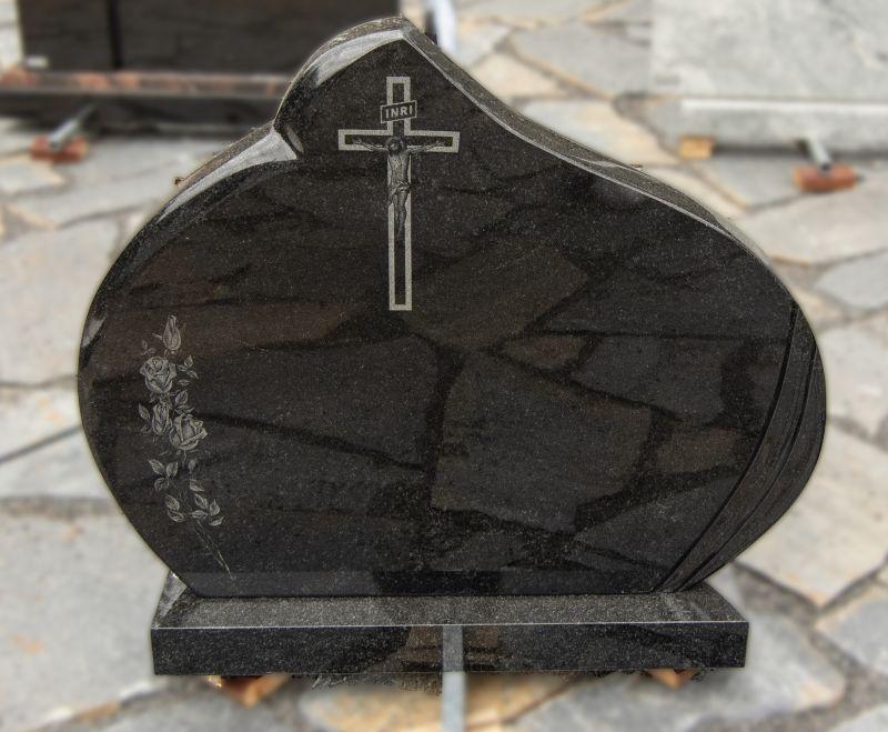 Juodo blizgaus granito paminklas su graviruotomis gėlėmis ir kryžiumi (KEL11)