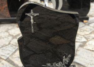 Juodo blizgaus granito paminklas su graviruotu kryžiumi ir gėlėmis (KEL8)
