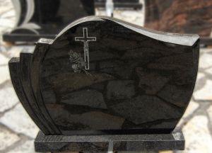 Juodo blizgaus granito paminklas su graviruotu kryžiumi (KEL6)