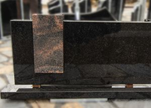 Juodo blizgaus granito paminklas su rudo granito detale (VPM09)