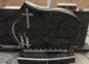 Juodo granito paminklas su kryžiaus ir žvakių graviūromis (VPM01)