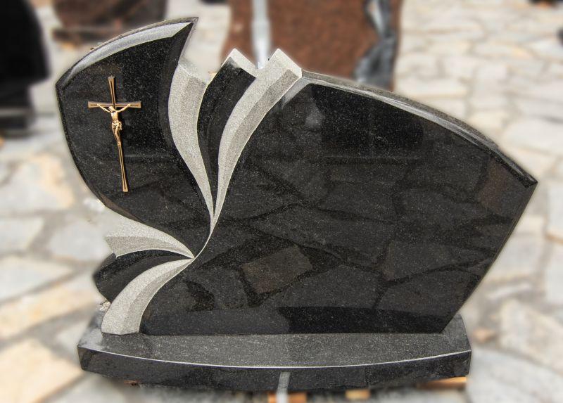 Juodo granito paminklas su kryžiumi ir pilkomis juostomis (VPM13)