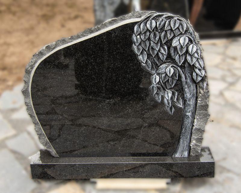 Juodo granito paminklas su medžio graviūra (KUL12)
