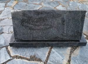 Juodo granito paminklentė su postamentu (SP728)