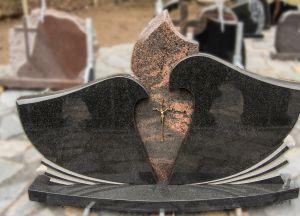 Juodo ir rudai margo granito paminklas iš trijų dalių (VPM15)