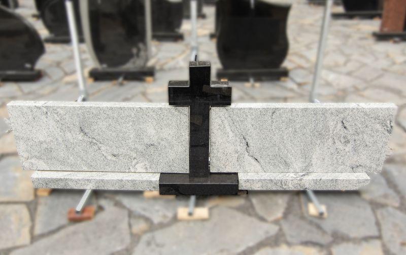 Juodo kryžiaus ir dviejų balto granito dalių paminklas (SP773)