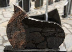 Liepsnos formos, rausvo ir juodo granito paminklas (VPM07)