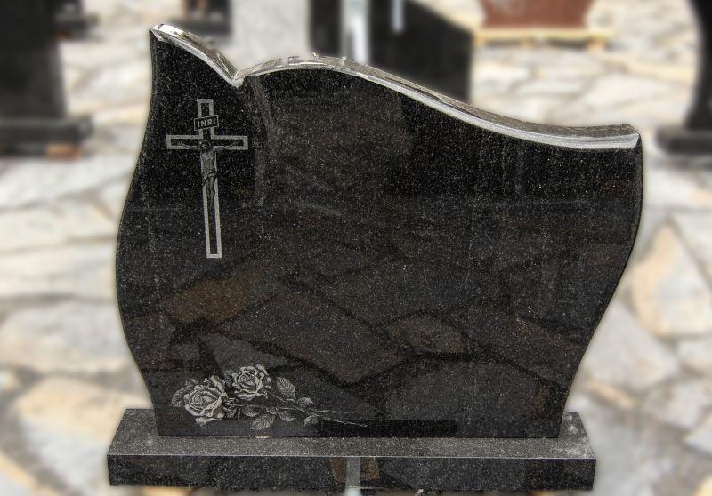 Margai juodo granito paminklas su graviruotu kryžiumi ir gėlėmis (KEL37)