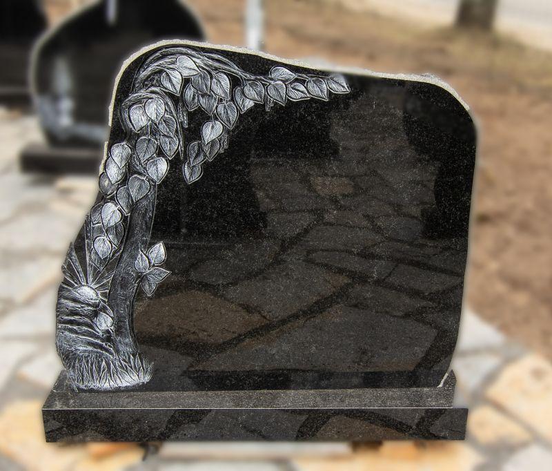 Medžio graviūra papuoštas juodo akmens paminklas (KUL18)