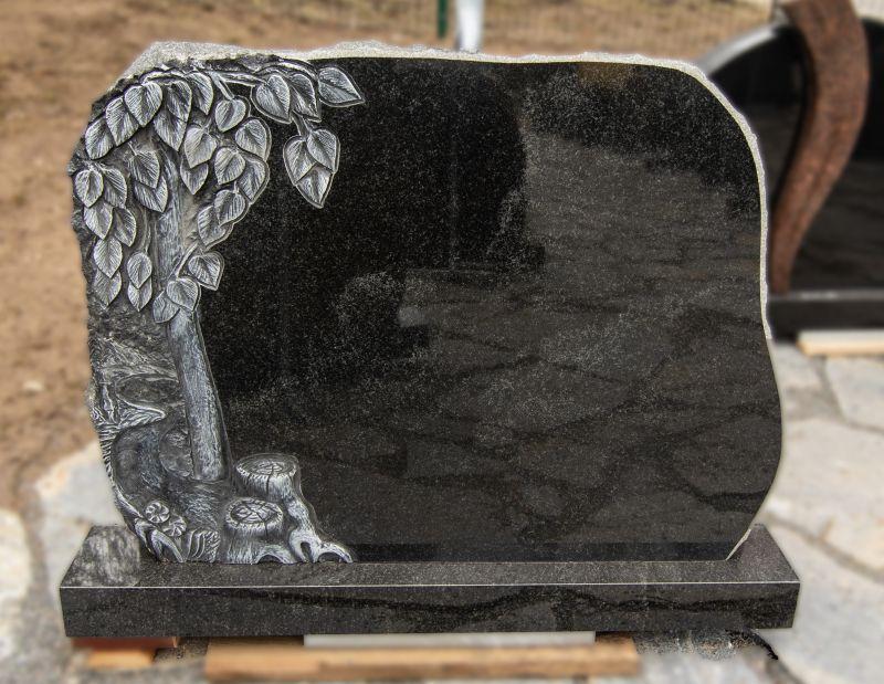 Medžio lapų graviūra papuoštas juodo akmens paminklas (KUL20)
