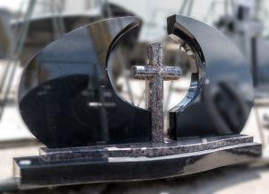 Ovalios formos, juodas paminklas su kryžiumi (141)