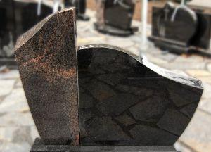 Paminklas iš dviejų dalių, margo ir juodo blizgaus granito (KEL3)