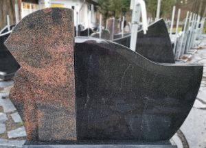 Paminklas iš juodo ir rausvo granito (VPM37)
