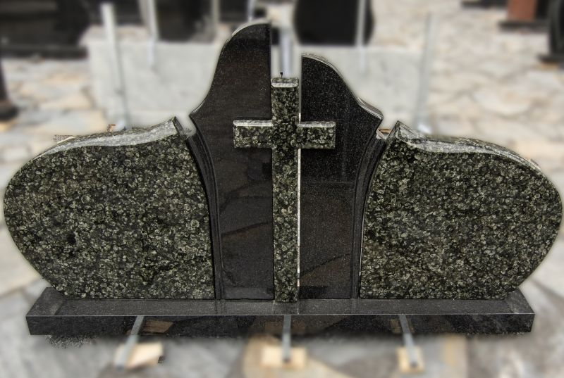 Penkių dalių paminklas iš juodo ir žalio granito su kryžiumi (KUL40)