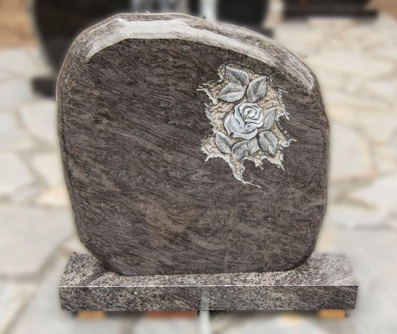 Pilko akmens paminklas su rožės graviūra (KUL10)