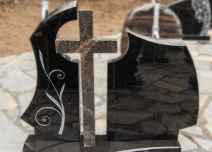 Puošnus tryjų dalių paminklas su margo granito kryžiumi (KUL9)