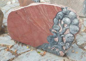 Raudono akmens paminkas su medžio motyvu (KUL49)