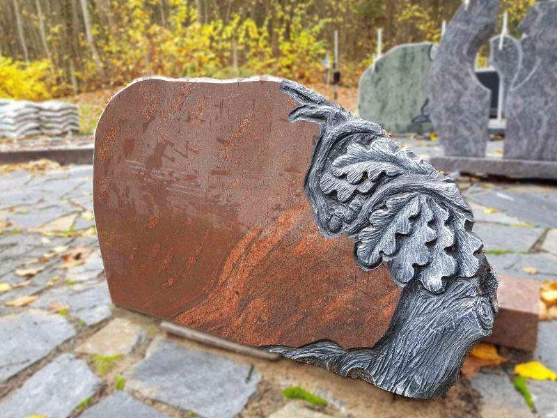 Raudono akmens paminklas su ąžuolo šakos motyvu (KUL58)