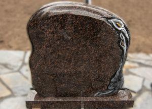 Rudo akmens paminklas su gėlėmis ant šono (KUL15)