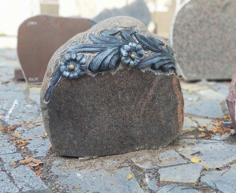 Rudo akmens paminklas su gėlės raižiniu (KUL53)