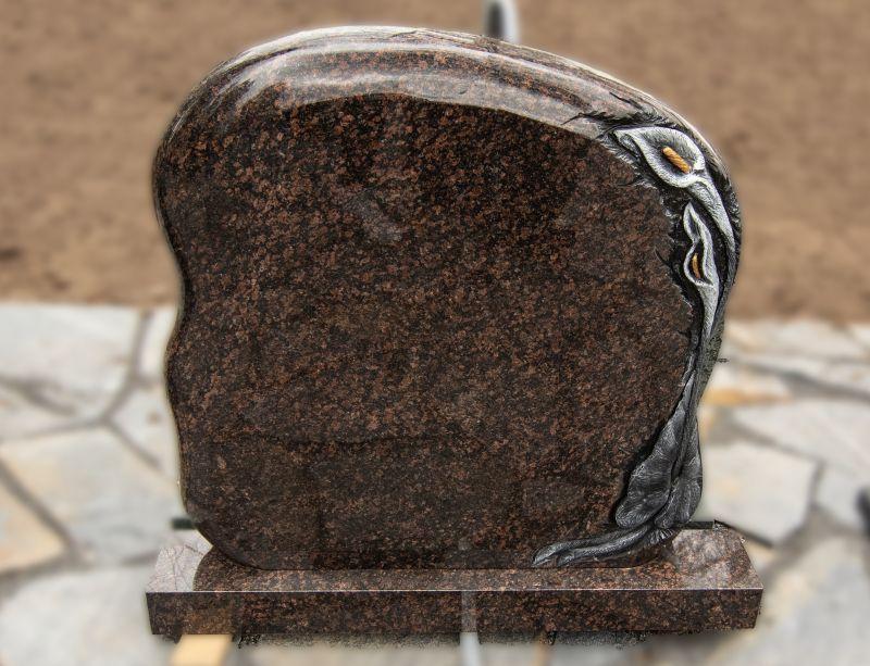 Rudo akmens paminklas su graviruotomis gėlėmis ant šono (KUL15)
