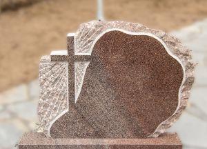 Rudo akmens paminklas su graviruotu kryžiumi (KUL16)
