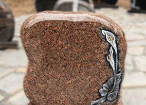 Rudo granito paminklas su gėlių graviūromis (KUL13)