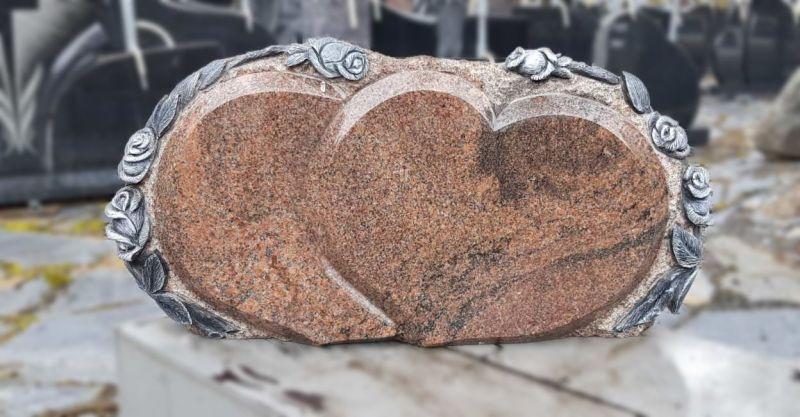 Širdies formos paminklas su rožės raižiniu (ROK48)