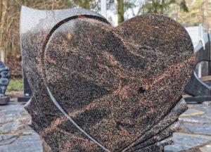 Širdies formos rausvas paminklas (KEL20)