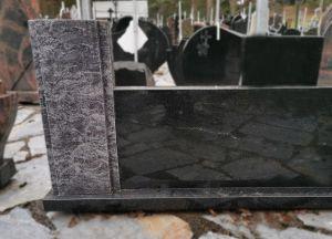 Stačiakampis paminklas su melsva detale (VPM36)