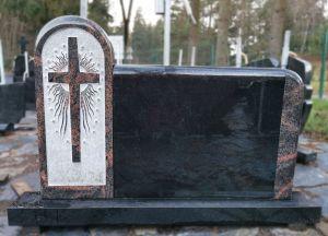 Švediško granito paminklas su dekoruotu kryžiumi (KUL21)