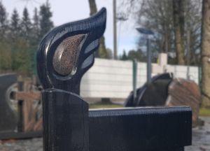 Švediško juodo granito paminklas su rausva detale (VPM25)