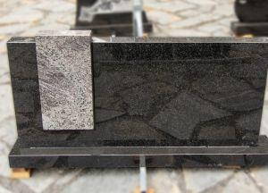 Šviesiai pilko ir tamsiai pilko granito paminklas (VPM12)
